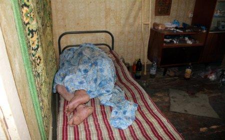 В Актау соседи обвиняют мужчину в жестоком обращении с пожилой матерью