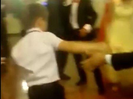 В Интернете обсуждают танец якобы пьяного ребенка на свадьбе в Шымкенте