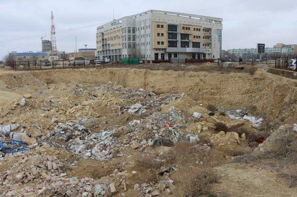 Жители Актау возмущены свалкой в строительном котловане в 14 микрорайоне