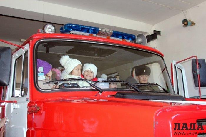 Пожарные Актау встречали в своей части дошколят