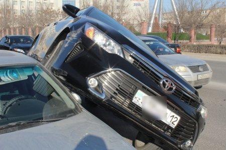 В Актау автомобиль Toyota Camry наехал на Volkswagen Jetta