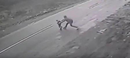 Мужчина героически спас ребенка от наезда авто, приняв удар на себя