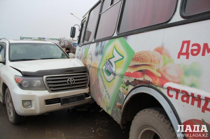 В Актау внедорожник врезался в пассажирский автобус