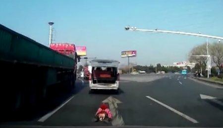 В Китае двухлетний ребёнок выпал на ходу из багажника машины