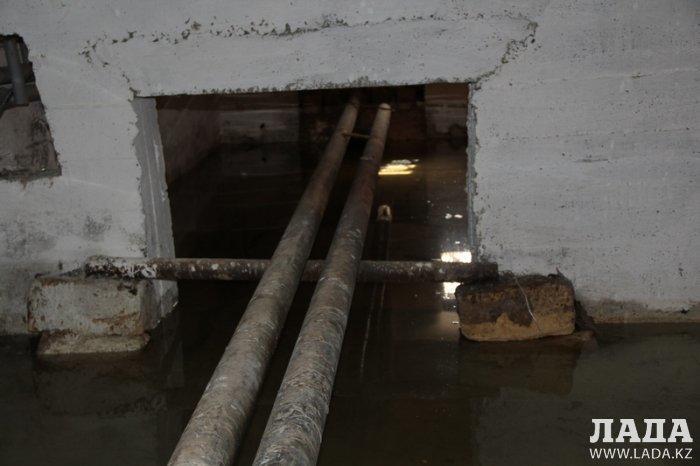 В Актау подвал одного из домов после капитального ремонта затопило
