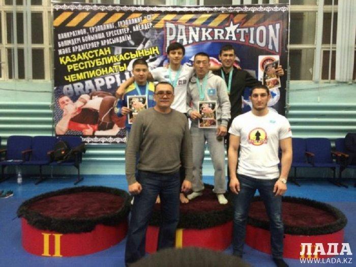 На чемпионате Казахстана по панкратиону и грэпплингу спортсмены из Мангистау завоевали восемь медалей