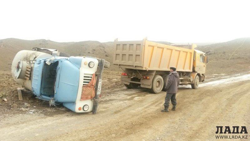 По дороге на Отпан тау опрокинулся водовоз