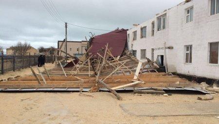 В поселке Курык Мангистауской области сильный ветер сорвал крышу с жилого дома
