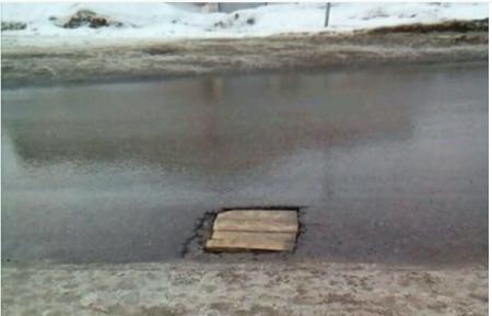 В Караганде ямы на дорогах латают деревянными заплатками