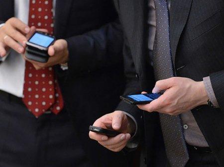 Казахстанским госслужащим запретят пользоваться смартфонами на работе