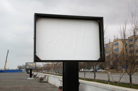 На набережной  Актау вандалы разбили стекло и похитили фото  выставочной конструкции