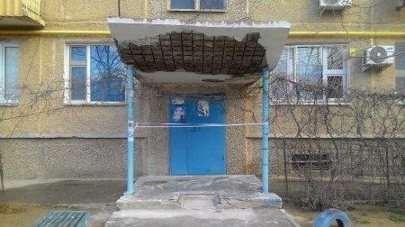 Ольга Котовник: Обильные осадки стали причиной обрушения подъездного козырька в одном из домов Актау