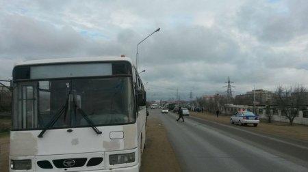 Оборвался  электрический провод и загорелся трансформатор в результате столкновения в Актау автобуса со столбом