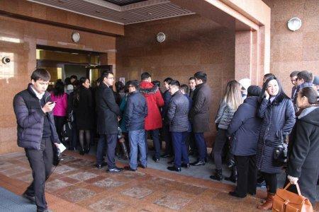 Казахстанские чиновники устроили пробку в Доме министерств в день начала запрета на смартфоны