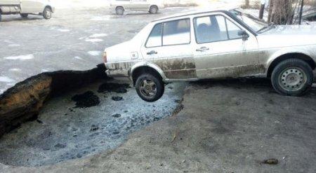 Автомобиль провалился под асфальт в Костанайской области