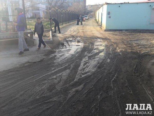 Теперь после каждых осадков дорога превращается в грязь