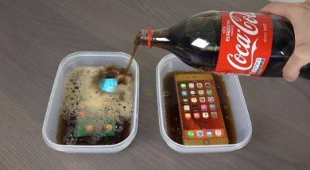 Что произойдет, если заморозить в кока-коле Samsung Galaxy S7 и iPhone 6s