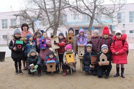 Актауские школьники делают скворечники для птичек