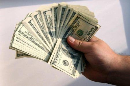 Впервые за 10 лет казахстанцы продали долларов больше, чем купили