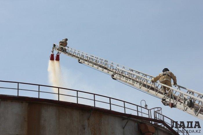 Тушение пожара в резервуаре на территории завода пластических масс в Актау отработали огнеборцы