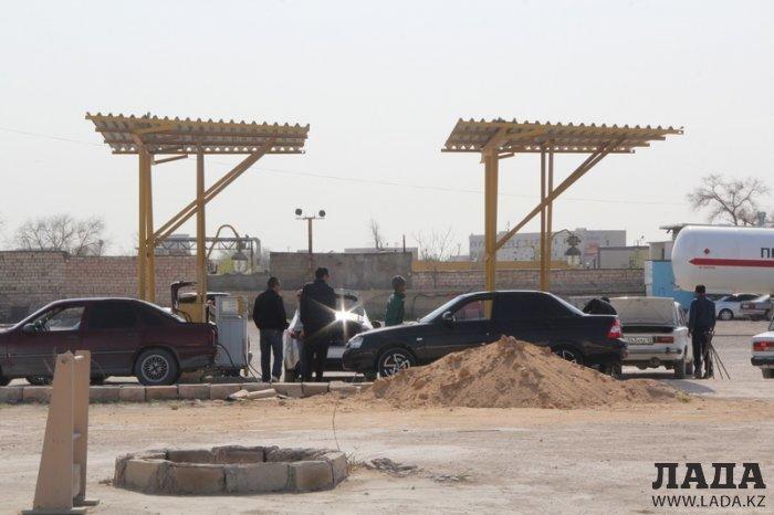 Водителям Актау приходится стоять в очереди за газом часами