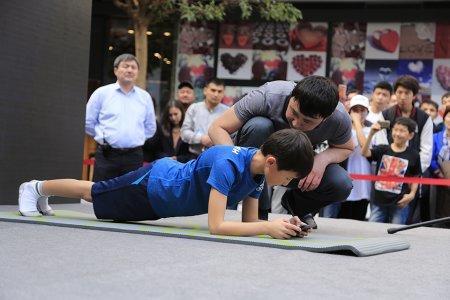 Новый мировой рекорд: 60 минут в планке от 9-летнего казахстанского боксера