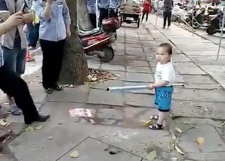 «Не трогайте мою бабушку!» — китайский малыш показал кунг-фу офицерам