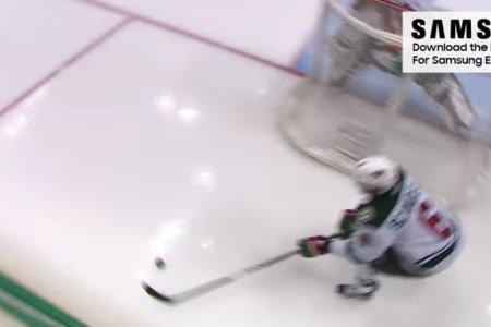 Нападающий в НХЛ забил из-за ворот. Ногой. И его засчитали!