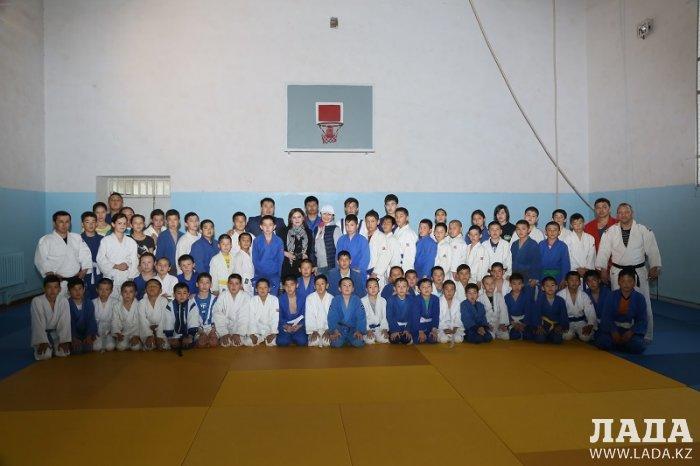 В поселке Жынгылды открыли спортивный зал для детей из малообеспеченных семей и трудных подростков