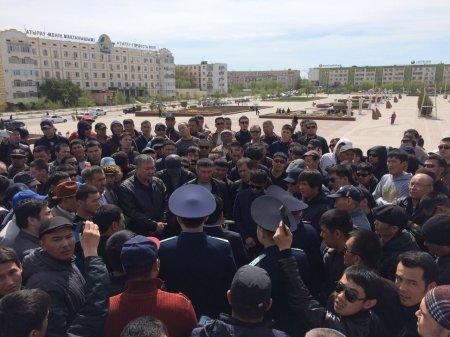 В Атырау идёт митинг против изменений в Земельном Кодексе