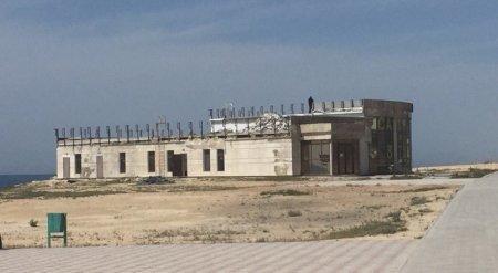 На набережной Актау начали сносить здание выставочного павильона