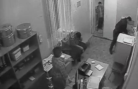 Появилось видео, как полицейского облили мочой в наркодиспансере Жезказгана