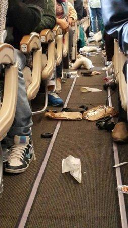 Очевидец снял, что происходило в самолете, попавшем в турбулентность