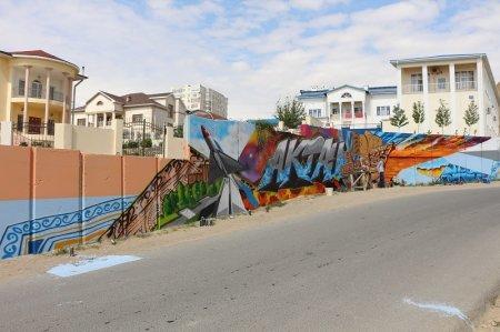 Граффити с изображением достопримечательностей города появилось на одной из стен в Актау
