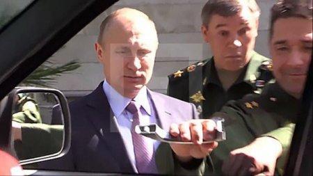 Генерал рассмешил Путина, оторвав ручку нового военного джипа