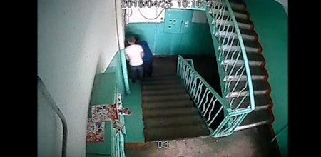 Кража сейфа из квартиры в Алматы попала на камеру