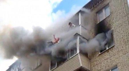 Очевидцы рассказали о спасении семьи, выбросившейся из горящей квартиры