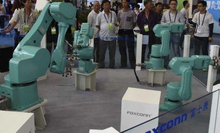 Foxconn заменила половину рабочих на роботов