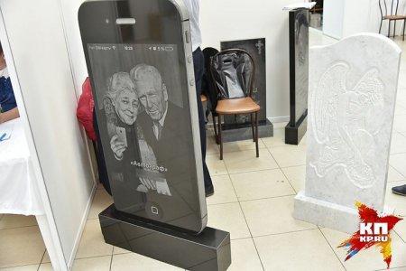 В Новосибирске наладили выпуск надгробий в виде айфона