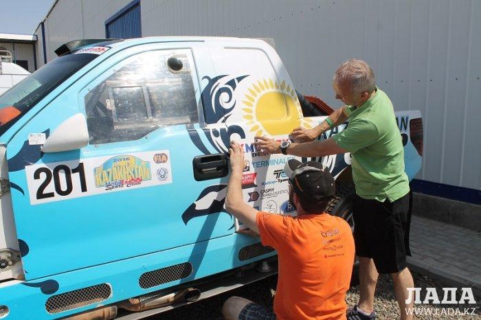 В Актау участники этапа Кубка мира по ралли-рейдам готовятся к заезду
