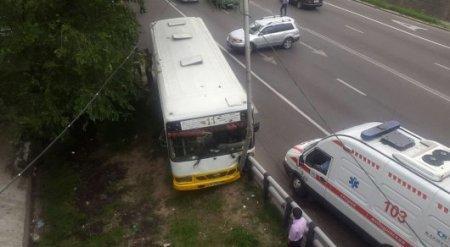Автобус врезался в столб в Алматы, 13 пассажиров пострадали