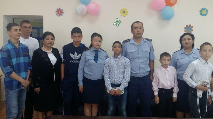 В Актау полицейские провели благотворительные акции для детей и сыграли с ними в футбол