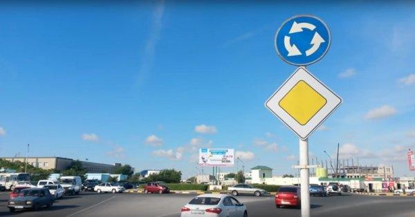На кольцевом перекрестке изменился знак дорожного движения