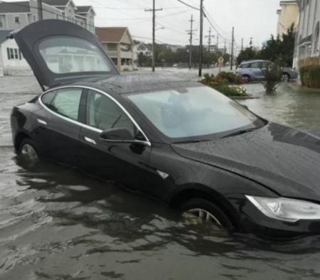 Маск прокомментировал видео с Tesla, «переплывшей» потоп в Казахстане