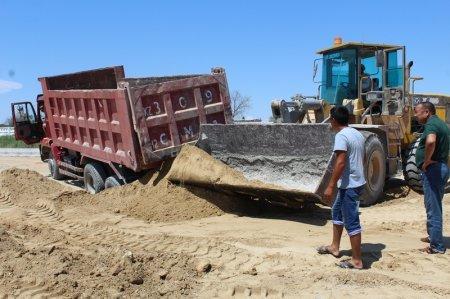 В Актау при доставке материалов для строительства тротуара в песке застряли два грузовика
