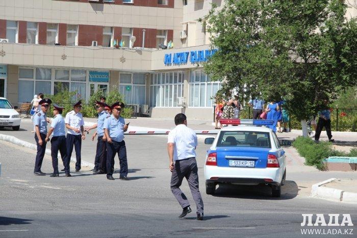 В Актау эвакуировали персонал и посетителей поликлиники № 1 из-за подозрительного пакета