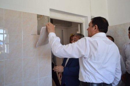 Аким Атырауской области содрал кафель со стены в поликлинике