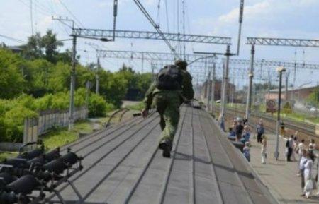 """Полицейские сняли с крыши движущегося поезда """"Алматы-Атырау"""" деда-экстремала"""