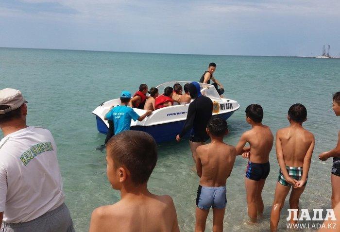 В Каракиянском районе спасатели учат детей плавать