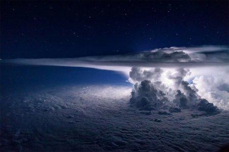 Пилот снял шторм над Тихим океаном в момент удара молнии